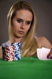 Frau, die Poker spielt Stockbilder