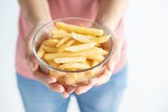Frau, die Pommes-Frites auf weißem Hintergrund hält Pommes-Frites sind der ungesunde Schnellimbiß essen, wenn Sie Gewicht verlier lizenzfreie stockbilder
