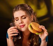 Frau, die Pommes-Frites und Hamburger isst Stockbild