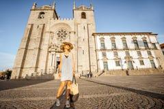 Frau, die in Porto-Stadt reist lizenzfreies stockbild