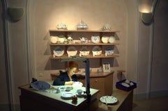 Frau, die Porzellanplatte, Meissen verziert Stockbilder