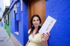 Frau, die Post erhält Stockfoto