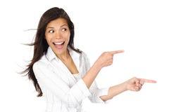 Frau, die Produkt betrachtet Lizenzfreies Stockbild
