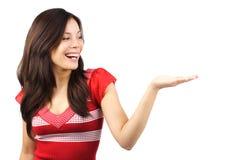 Frau, die Produkt darstellt Stockfoto