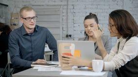 Frau, die Projekt oder Strategie mit Angestelltem im Büro bespricht stock video