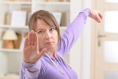 Frau, die Qi-Klingel tai-Chiübung tut Stockbild