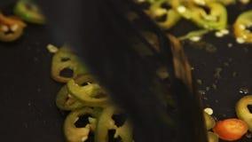 Frau, die Quesadilla in der Küche kocht stock video footage
