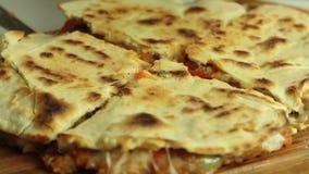 Frau, die Quesadilla in der Küche kocht stock footage