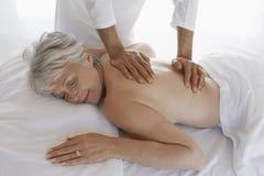Frau, die Rückenmassage empfängt Lizenzfreie Stockfotografie