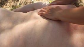 Frau, die Rückenmassage erhält stock video footage