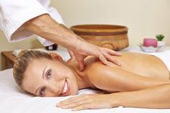 Frau, die Rückenmassage im Badekurort erhält Stockbild