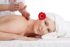 Frau, die Rückenmassage am Schönheits-Badekurort genießt Stockfotografie