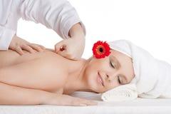 Frau, die Rückenmassage am Schönheits-Badekurort genießt Stockbild
