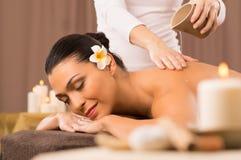 Frau, die a-Rückseiten-Öl-Massage hat