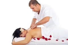 Frau, die rückseitige Massage am Badekurort empfängt Stockbild