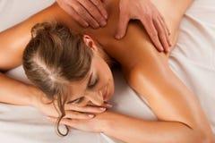 Frau, die rückseitige Massage des Wellness genießt Lizenzfreie Stockfotos