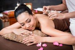 Frau, die rückseitige Massage empfängt lizenzfreies stockbild