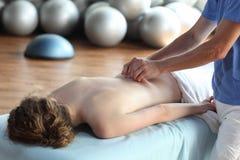 Frau, die rückseitige Massage empfängt Stockfotos