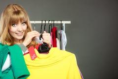 Frau, die Rabattaufkleber hält Verkauf und Einzelhandel Stockbilder