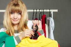 Frau, die Rabattaufkleber hält Verkauf und Einzelhandel Lizenzfreie Stockfotos