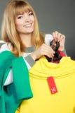 Frau, die Rabattaufkleber hält Verkauf und Einzelhandel Stockfotos