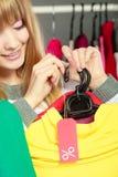 Frau, die Rabattaufkleber hält Verkauf und Einzelhandel Lizenzfreies Stockbild