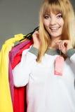 Frau, die Rabattaufkleber hält Verkauf und Einzelhandel Stockfoto