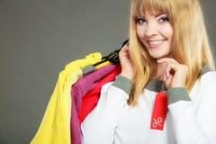 Frau, die Rabattaufkleber hält Verkauf und Einzelhandel Stockfotografie