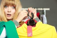 Frau, die Rabattaufkleber hält Verkauf und Einzelhandel Lizenzfreie Stockfotografie