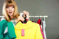 Frau, die Rabattaufkleber hält Verkauf und Einzelhandel Lizenzfreie Stockbilder