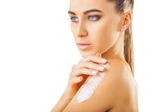 Frau, die reinigenauflage des Gesichtes verwendet Lizenzfreies Stockfoto