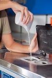 Frau, die reinigendes Pulver in der Waschmaschine gießt Lizenzfreies Stockfoto