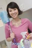 Frau, die Reinigungs-Ausrüstungen hält stockbilder