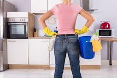 Frau, die Reinigungs-Werkzeuge und Produkte hält lizenzfreies stockbild