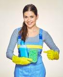 Frau, die Reinigungsschwamm mit Reiniger hält stockbilder