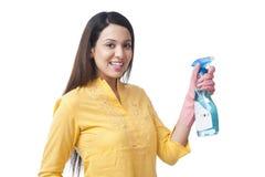 Frau, die Reinigungssprühflasche hält stockbilder