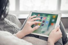 Frau, die Reise apps auf einem nagelneuen Apple-iPad Pro verwendet lizenzfreie stockfotos