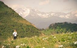 Frau, die Reise-Lebensstilkonzept im Freien wandert lizenzfreie stockbilder
