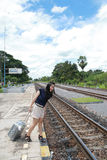 Frau, die Reisen von dort mit ihrem Gepäck lässt Lizenzfreie Stockfotos