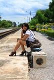 Frau, die Reisen von dort mit ihrem Gepäck lässt Lizenzfreie Stockbilder