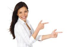Frau, die Reklameanzeige zeigt Stockfotos