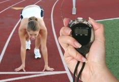 Frau, die Rennen beginnt Stockfoto