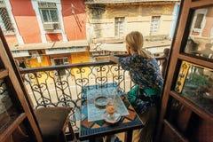 Frau, die Rest am Balkon des Weinleseartcafés in der indischen Stadt hat Stockbild