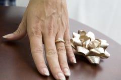 Frau, die Ring zeigt lizenzfreies stockfoto