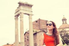 Frau, die in Rom reist Stockfotografie