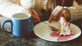 Frau, die rosa Geburtstagskuchen isst und Tee trinkt stock video footage