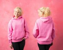 Frau, die rosa Hoodie, Schablone für Promodruckdesign trägt lizenzfreies stockfoto