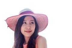 Frau, die rosa Strohhut mit Ausdruck von glücklichem trägt lizenzfreie stockfotos