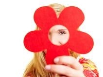Frau, die rote Blume zeigt Lizenzfreie Stockbilder