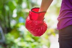 Frau, die rote Boxerwaldungsstellung gegen grünes Natur bokeh hintere Ansicht im Freien mit Kopienraum trägt kämpfender Sieg des  stockbild